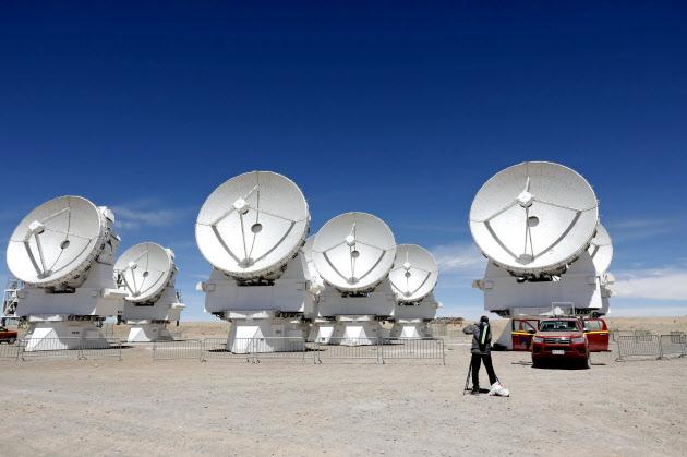 南米チリにあるアルマ望遠鏡の電波アンテナ群(11月、チリ北部のアタカマ高地)
